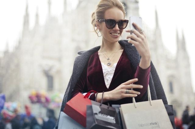 新製品や流行りの商品を買い込む女性